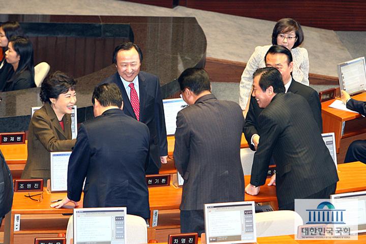 9일 오후 제305회국회(임시회)제2차본회의에서 박근혜 새누리당 비대위원장이 의원들과 이야기를 나누고 있다.