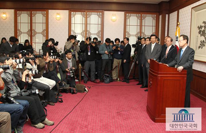 2월 13일 박희태 국회의장이 의장접견실에서 국회출입기자단과 국회의장 사퇴서 제출에 관한 기자회견을 하고있다