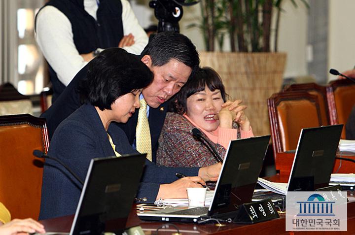 14일 오후 국회 보건복지위원회 전체회의에서 주승용 간사와 추미애 의원이 법안 문구 수정에 대한 논의를 하고 있다.